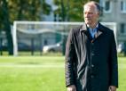Ostvalda vidusskolas futbola laukumā ieklāts jauns mākslīgais segums