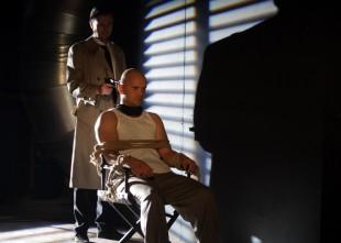 """Video: Lauri Dzelzīti atrod Dailes teātra pagrabā kailu piesietu pie krēsla. Izrādes """"Kauli"""" fragmenti"""