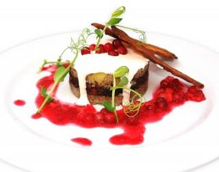 Bukstiņputras sacepums ar asinsdesu, kraukšķīgo bekonu un ābolu – dzērveņu mērci