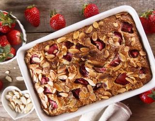 Saldais pīrāgs ar zemenēm, kanēli un mandelēm