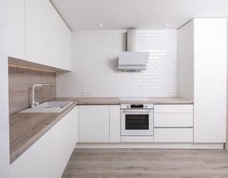 Matētas vai spīdīgas virtuves iekārtas fasādes – kuru variantu izvēlēties?