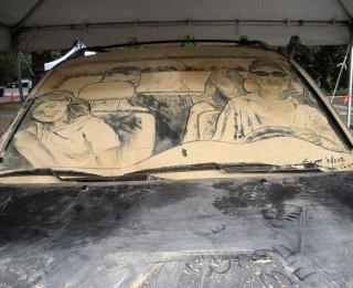 Foto: Tas ir jāredz. Netīro auto māksla.