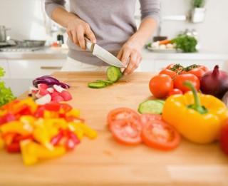 Grāmata, kurā izskaidroti pareizas ēšanas pamati un diētu kļūdas