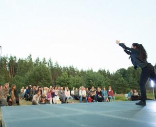 """K.Brīniņas izrāde """"I am a really shy person"""" festivālā """"Laba Daba"""" un projektā """"Jauna deja jaunā vietā"""" (+VIDEO)"""
