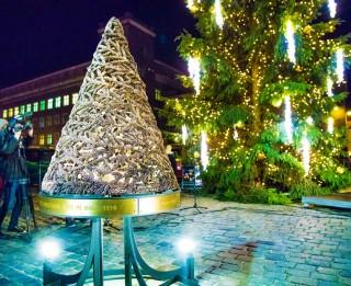 """Festivālā """"Ziemassvētku egļu ceļš"""" vienu no Rīgas centrālajām eglēm rotājuši bērni"""