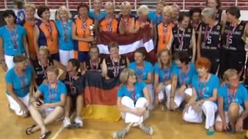 Zeltenes Latvija basketbolistes pēc uzvaras izcīnīšanas Foto: Ekrānšāviņš