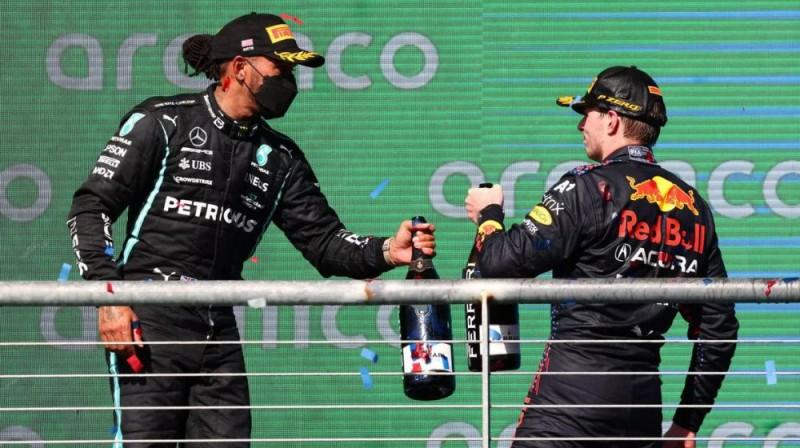 Hamiltons un Verstapens uz pjedestāla Ostinā. Foto: Motorsport.com
