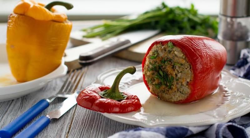 Ar tunci un rīsiem pildīta paprika