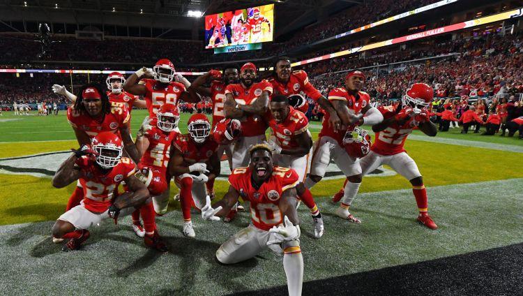 """""""Chiefs"""" ar lielisku atspēlēšanos pēc 50 gadu pārtraukuma izcīna """"Super Bowl"""""""