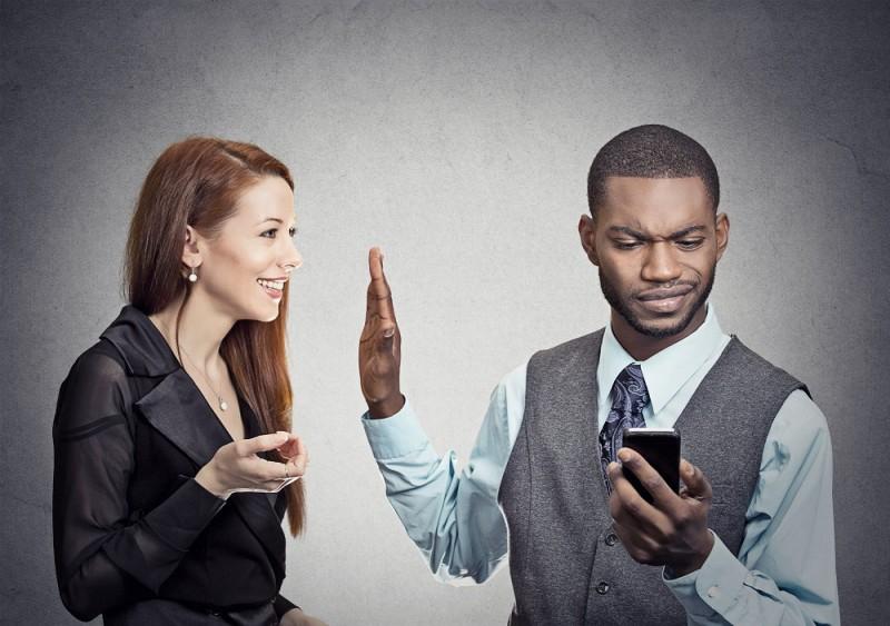 Kā sarunāties ar kādu, kurš vēlas tevi pārspēt it visā, un nesajukt prātā