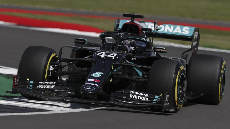 """Lielbritānijas GP kvalifikācijā ātrākais Hamiltons, """"Mercedes"""" dominē"""