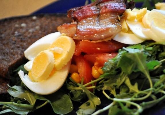 Pikantie salāti ar ķiploku grauzdiņiem