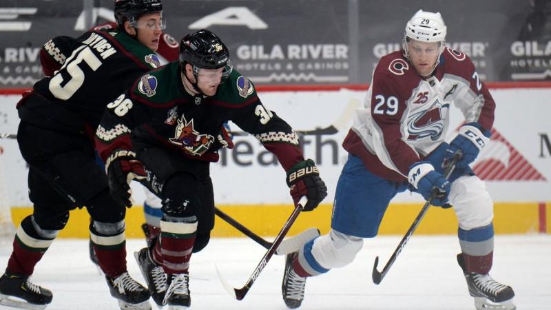 """Makkinonam 200. vārti NHL, čempione """"Lightning"""" kā pirmā sasniedz 50 punktus"""