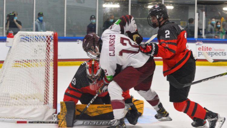 Latvijas U18 izlase gūst divus vārtus un sarūpē kanādiešiem cīņu