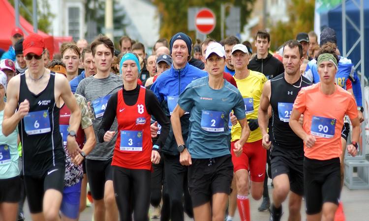 Latvijas rekordisti vieglatlētikā un medaļnieki triatlonā sacentušies skrējienā Daugavpilī